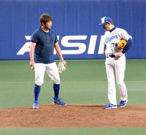中日・松坂(左)がナゴヤドームで投球練習後に阿波野コーチと話し合う