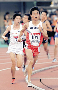 日本選手権5000メートル決勝で優勝した松枝博輝(左は設楽悠太)
