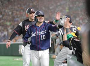 2回2死一塁、先制の右越え2ラン本塁打を放ちナインとハイタッチをする森友哉(後方はレアード)(カメラ・中島 傑)