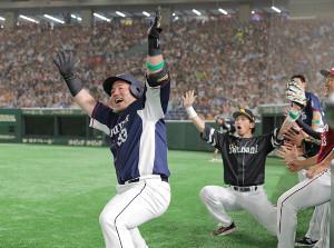 6回2死、左越えソロ本塁打を放ちどすこいポーズを決める山川穂高(右は松田宣浩)(カメラ・中島 傑)
