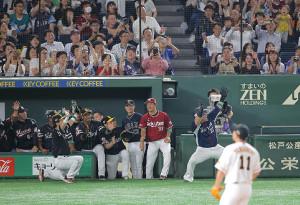 6回2死、山川穂高が左越え本塁打を放ち、どすこいポーズ(カメラ・安藤 篤志)