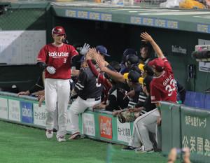 6回2死、浅村栄斗が中越えソロ本塁打を放ち、タッチを交わす(カメラ・相川 和寛)