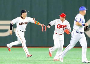 1回、鈴木誠也(右から二人目)とハイタッチをしてベンチに戻る丸佳浩(右は筒香嘉智)(カメラ・中島 傑)