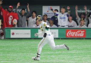 9回2死一塁、原口文仁が中越え2ラン本塁打を放ち、打球の行方を見るセ・リーグベンチで選手らが一斉に立ち上がった(カメラ・相川 和寛)