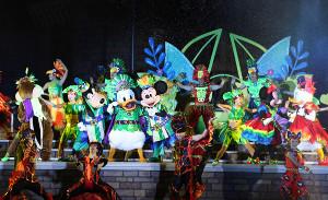 TDLの夜のショー「オー!サマー・バンザイ!」で王様になったドナルドダック(中)(ミッキー(右)とグーフィー(左)が脇を固める=カメラ・橘田 あかり)