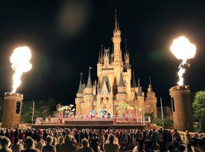 TDLシンデレラ城前に6年ぶりにステージが組まれ夜のショー「オー!サマー・バンザイ!」で炎が上がった