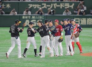 試合に勝利し、タッチを交わす全パの選手たち(カメラ・相川 和寛)