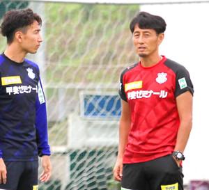 練習後にDF武岡(左)と言葉を交わす伊藤監督