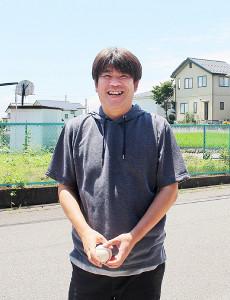 久しぶりに触れたという硬式球を手に笑顔を見せた91年市川のエース・樋渡さん