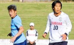 17年11月に練習試合で対戦していた三浦知良(左)と中村俊輔