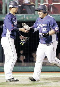 17年、本塁打を放った山川(右)とタッチする浅村
