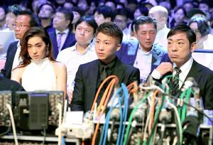 リングサイドで解説するWBA・IBF世界バンタム級王者の井上尚弥(左は中村アン、右は香川照之)