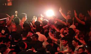 ファンの声援を受け引き揚げる村田諒太
