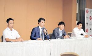 選手会総会を終え会見を行う炭谷選手会長(左から福田、1人おいて大島、中島)
