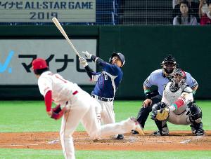 2回2死一塁、森が右翼席へ大瀬良(手前)から先制2ランを放つ(捕手・会沢=カメラ・生澤 英里香)