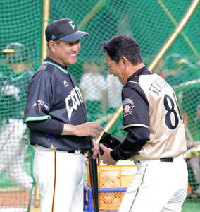 オールスターの試合前、栗山英樹監督(右)と談笑する原辰徳監督(カメラ・中島 傑)