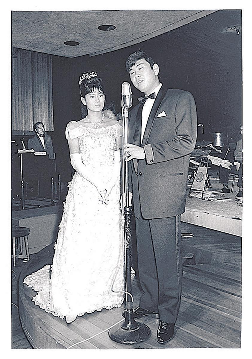 1960年、結婚披露宴で歌う石原裕次郎さん。左はまき子夫人