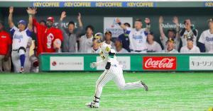 9回2死一塁、代打・原口が2ランを放ち、セ・リーグナインはベンチで歓声を上げる(カメラ・相川 和寛)