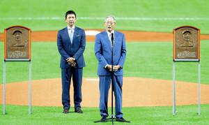 試合前、野球殿堂入り表彰を受けた権藤氏(右)と立浪氏