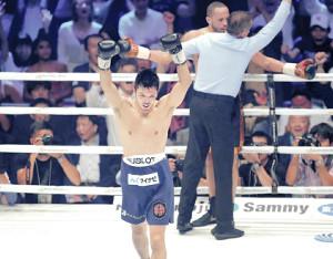 2回TKOでロブ・ブラント(奥)に勝利、王座奪還を果たした村田諒太は両手を上げて喜ぶ(カメラ・渡辺 了文)