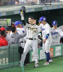 9回2死一塁、原口文仁(右端)が左中間へ2ランを放ち、ファンの声援に応える(カメラ・安藤 篤志)