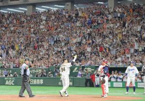 9回2死一塁、左中間に2ラン本塁打を放ち声援に応える原口文仁(カメラ・中島 傑)