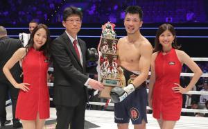 試合後、報知新聞大阪本社・佐野俊郎代表(左から2人目)からトロフィーを贈られた村田諒太