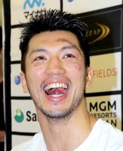 試合後、控室で笑顔を見せる村田諒太