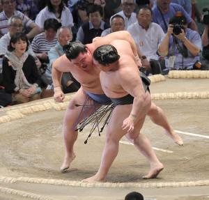 正代(左)が寄り切りで豪栄道を破る(カメラ・佐々木 清勝)