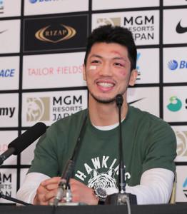 一夜明け会見で笑顔を見せる村田諒太