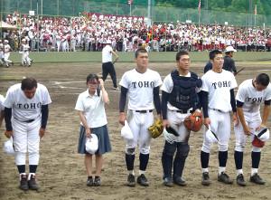 8回コールドで敗れ、応援団にあいさつする東邦・石川(左から3人目、左端は森田監督)