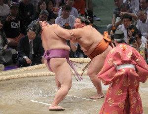 朝乃山(左)を攻める御嶽海(カメラ・佐々木 清勝)