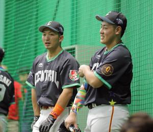 試合前練習中に談笑する鈴木誠也(左)と岡本和真(カメラ・泉 貫太)