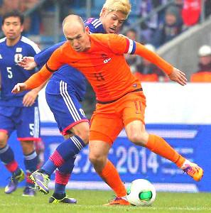 現役引退を表明したロッベン(右)。2013年11月の親善試合では、日本代表から1ゴールを挙げた