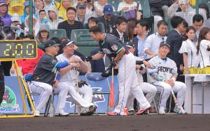 ホームランダービーを制した広島・鈴木(中央)は、(左から)DeNA・筒香、西武・山川らと健闘をたたえ合った