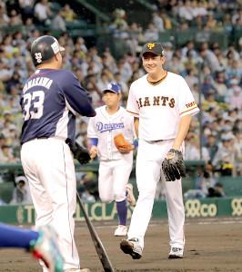 1回2死一塁、西武・山川(左)を遊ゴロに仕留めた巨人・菅野