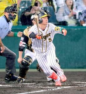 1回無死、先頭打者の近本光司は先制となる左越えソロ本塁打を放つ(カメラ・義村 治子)