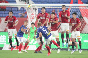 前半、横浜M・ティーラトン(中)は浦和戦でFKを蹴る