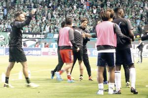 試合終了後、初勝利に喜ぶ磐田の鈴木監督