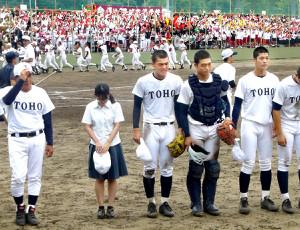 8回コールドで敗れ、応援団にあいさつする東邦・石川(左から3人目、左端は森田監督=カメラ・山崎 智)