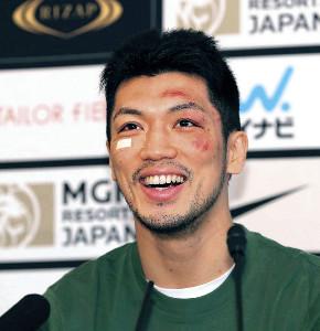 王座奪還を果たし、一夜明け会見で笑顔を見せる村田諒太(カメラ・渡辺 了文)