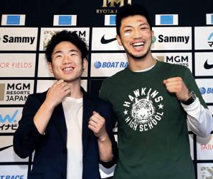 一夜明け会見で笑顔を見せる拳四朗(左)と村田(カメラ・渡辺 了文)