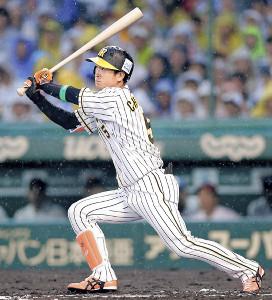 1回無死、左中間へ先頭打者本塁打を放った近本(カメラ・泉 貫太)