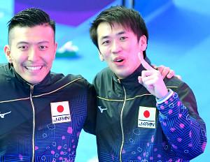 東京五輪が出場が内定し、寺内(左)とポーズをとる坂井