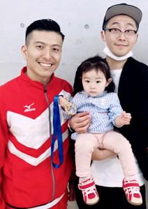 寺内(左)と大親友の松村雄介さんと、そのまな娘の3ショット(松村さん提供)