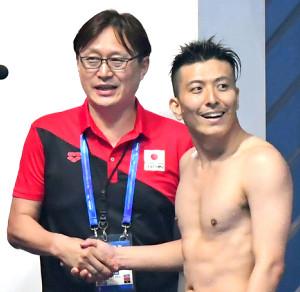 7位が確定し東京五輪が内定。馬淵崇英コーチは寺内健と握手(カメラ・竜田 卓)