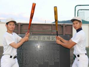 甲子園出場記念碑の前でバットを構える市川・望月主将(左)と稲葉(カメラ・竹内竜也)
