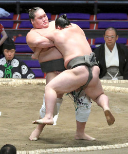 照ノ富士(左)は一木破り、勝ち越しに王手(カメラ・佐々木 清勝)