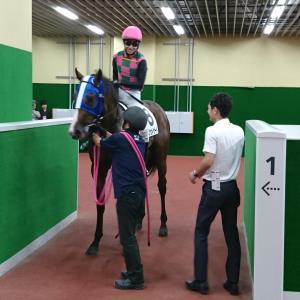中京6Rの新馬を勝ったダンツウィザードと松山騎手