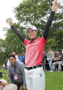日本ツアー初優勝を飾り、両手を広げて喜ぶランクン(カメラ・宮崎 亮太)
